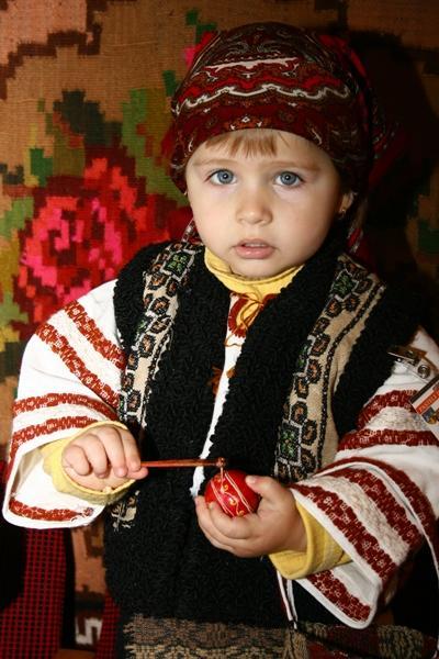 Ein kleiner Junge aus Rumänien ist traditionell gekleidet