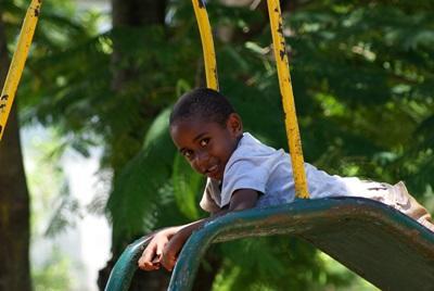 Ein einheimisches Kind spielt auf Samoa