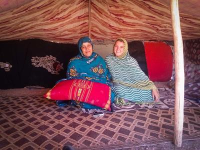 Eine Freiwillige mit ihrer Gastmutter