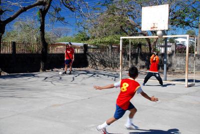 Fussballspiel auf dem Schulhof