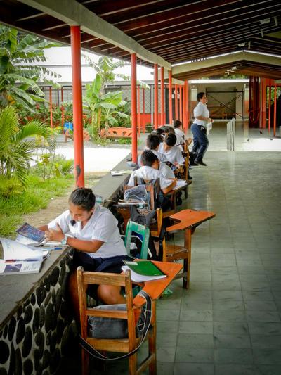 Schüler machen ihre Hausaufgaben in einer Schule in Costa Rica
