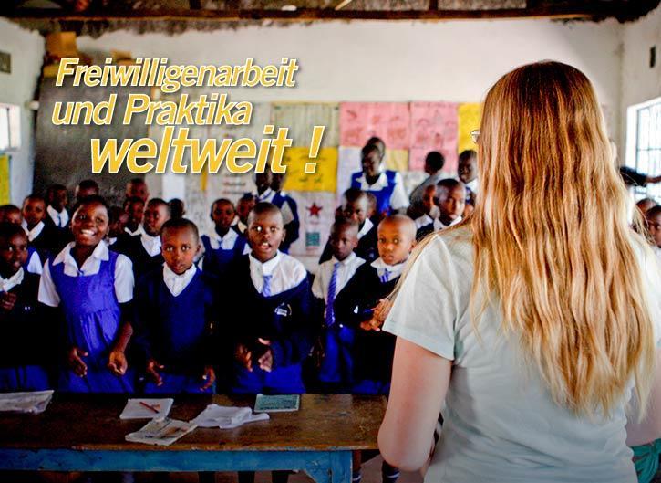 Eine Freiwillige unterrichtet eine Schulklasse in Ghana im Unterrichts – Projekt mit Projects Abroad