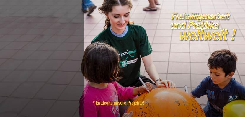 Freiwillige im Menschenrechts – Projekt in Argentinien bemalt einen Ball zusammen mit Kindern