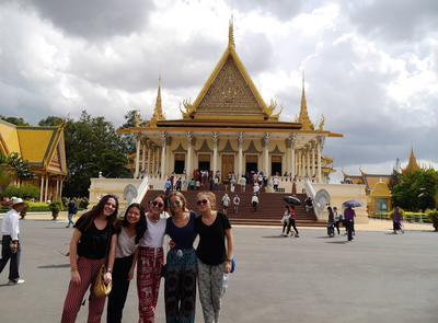 Schnappschuss von Freiwilligen vor einem Tempel auf ihrer Jugendreise nach Kambodscha