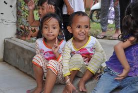 Zwei Vorschulkinder in unserer Partnervorschule in Phnom Penh lachen für ein Foto in die Kamera.