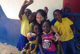 Eine Freiwillige beim spielen mit Kindern in einem Kindergarten in Cape Coast, wo sie ihren Freiwilligendienst in sozialer Arbeit leistet.