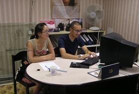 Ein Freiwilliger wird in seinem Wirtschaftspraktikum von einer Mitarbeiterin in die Arbeitsbereiche einer Cashmere - Fabrik in Ulan Bator eingeführt.