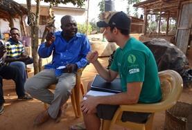 Ein lokaler Farmer bespricht Details mit einem Freiwilligen, der eine Community Work - NGO Ghanas vertritt.