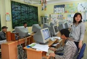 Im Büro einer Partner - NGO in Hanoi recherchieren unsere Freiwilligen für Dossiers und Fachbeiträge.
