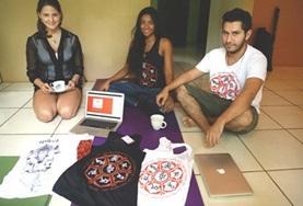 Zwei Freiwillige beim Besuch einer Geschäftspartnerin im Wirtschaftspraktikum in Costa Rica, die ihre Produktpalette vorstellt.