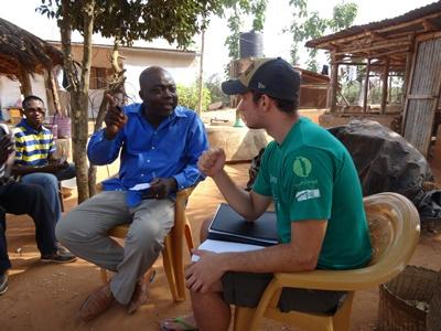Freiwilliger in einer Diskussion im Projekt internationale Entwicklung in Togo mit Projects Abroad