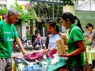 Freiwilliger an einem Community-Tag im Wirtschafts - Projekt in Vietnam verkauft Kunsthandwerk auf einem Markt