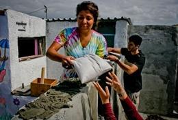Freiwillige arbeitet am Bau des Gemeindezentrums im Township Lavender Hill in Kapstadt, Südafrika.