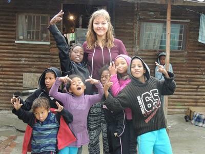 Eine Freiwillige im Community Work Projekt im Township betreut die Kinder vor Ort
