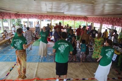 Freiwillige bei ihrer Community work auf Samoa