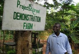 Unser Mitarbeiter im Farming - Projekt vor dem Eingang unserer Schulfarm, in dem du dein Farming - Projekt in Ghana absolvieren wirst.