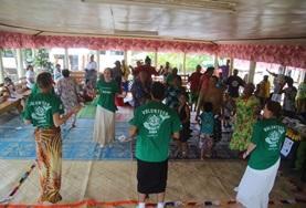 Auf einem Dorffest im Gemeindezentrum tanzen unsere Freiwilligen zusammen mit den Einheimischen und genießen das gesellige Beieinander.