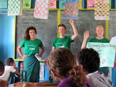Freiwillige bringen Schulkindern die Funktion des Herz-Kreislauf-Systems bei
