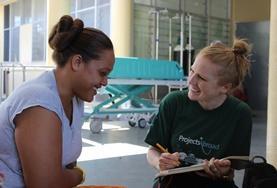 Eine Freiwillige nimmt im Ernährungs - Projekt in Samoa die Daten einer Patientin auf.
