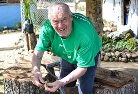 Ein Teilnehmer im 50+ Freiwilligeneinsatz hilft in der Baumschule für Mangroven in Viti Levu, unserem Projektstandort auf den Fidschi - Inseln.