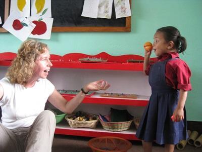 Ein Kind spielt mit einer freiwilligen Helferin von Projekts Aborad in Nepal