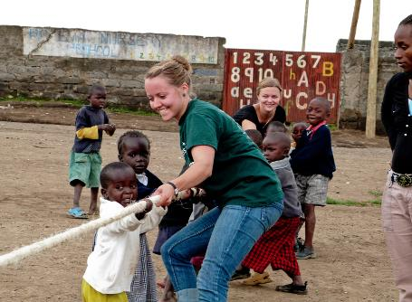 Freiwillige beim Tauziehen mit Kinder in Ghana im Sozialarbeits – Projekt