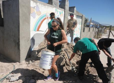 Im Hausbau – Projekt in Südafrika entsteht ein Gemeindezentrum in Township Lavender Hill