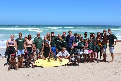 Bringe im Surf – Projekt Kindern aus benachteiligten Stadtteilen das Schwimmen und Surfen bei.