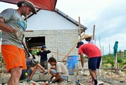 In San Remigo heben Freiwillige einen Graben aus, um ein Haus an die Kanalisation und fließend Wasser anzuschließen.