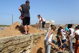 Mit vereinten Kräften heben unsere Freiwilligen im Senegal eine Grube für ein neues Fundament aus, das die Grundsteine einer neuen Schule tragen soll.