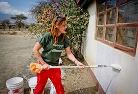 Unser Freiwillige ist mit Malerarbeiten an einem Gebäude der Massaischule in der Nähe von Arusha in Tansania beschäftigt.