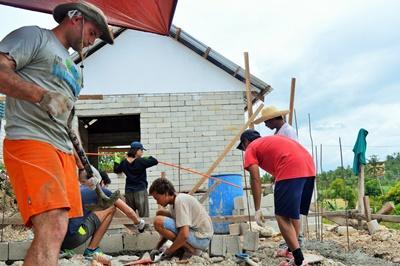 Freiwillige beim Hausbau - Projekt auf den Philippinen