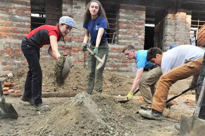 Projects Abroad Freiwillige beteiligen sich an Bauarbeiten im Rahmen der Katastrophenhilfe nach dem Erdbeben in Nepal.