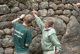Von einem Experten lernt dieser Freiwillige eine Technik, mit der er alte Gemäuer im Inka und Wari-Archäologie-Projekt freilegen kann.
