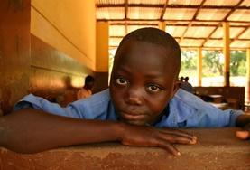 In Schulen in Akuapem Hills kannst du im Rahmen eines Freiwilligendienstes IT unterrichten, zum Beispiel in der Klasse dieses Schülers hier.
