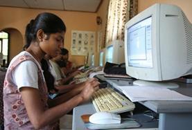 Eine Schülerin in Sri Lanka übt den Umgang mit verschiedenen Computerprogrammen, wobei du sie als Freiwillige/r im Computerprojekt unterstützen kannst.