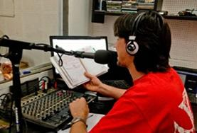 Ein Mitarbeiter spricht in unserer Partnerradiostation