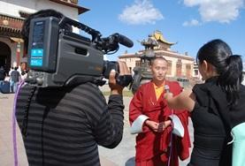 Zusammen mit einem Kamerateam interviewt unsere Redaktionspraktikantin einen Mönch in Ulan Bator.