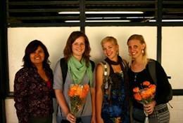 Zwei Freiwillige an ihrem letzten Tag im Journalismus - Praktikum in einer Radiostation in Mexiko, wo sie ihrer Chefredakteurin Blumen zum Abschied überreichen.
