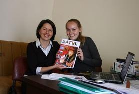 Unsere Journalistik - Praktikant/innen interviewen einen Bauern im Journalismus - Projekt in Rumänien.