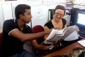 Eine Praktikantin im Journalismus - Projekt in Sri Lanka bespricht den Sendeplan mit dem Chefredakteur.