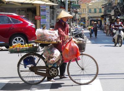 Schnappschuss eines Händlers auf einer Straße in Hanoi