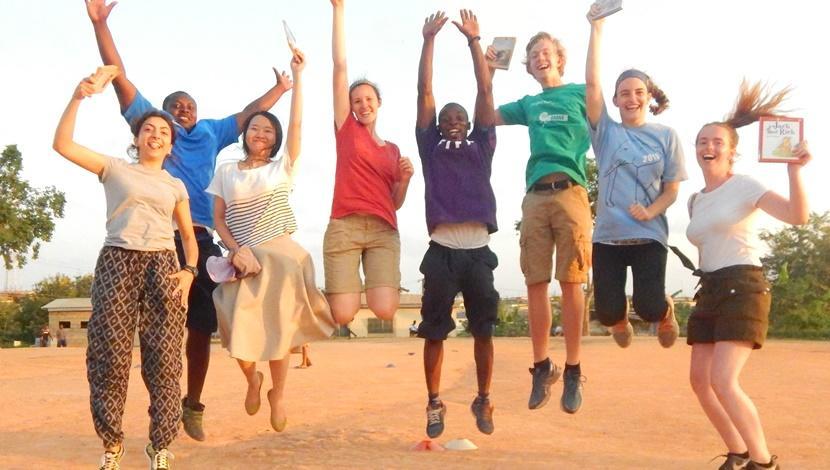 Freiwillige engagieren sich während ihrer Jugendreise in Ghana für unsere Projects Abroad Lese – Initiative auf dem Fußballfeld