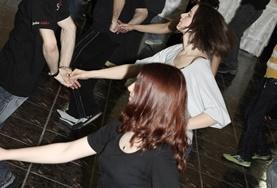 Eine Tanzgruppe, die von Freiwilligen im Tanz - Projekt in Rumänien trainiert wurde, beim Auftritt im Gemeindezentrum in Brasov.