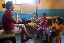 Musikunterricht in Ecuador: unsere Freiwillige unterrichtet eine Blockflötenklasse in einer Grundschule.