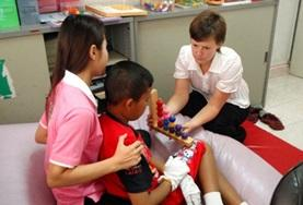 Eine Freiwillige bei der ergotherapeutischen Arbeit in einem Pflegezentrum für behinderte Kinder in Phon Penh.