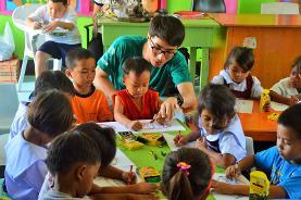 Ein Ergotherapie  Praktikant behandelt ein kleines Kind in einem Gesundheitszentrum auf den Philippinen.