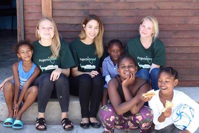 Unsere Freiwilligen in einer unser Partnereinrichtungen, in der wir Kinder zu gesunder Ernährung unterrichten
