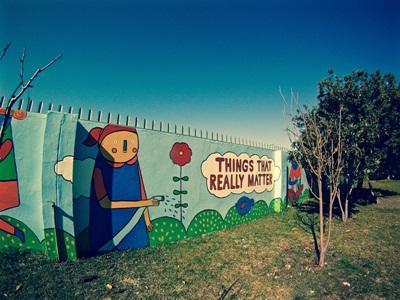 Bunt gestaltete Wand im Projekt in Südafrika