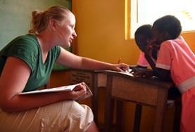 Eine Freiwillige führt im Logopädie - Praktikum in Ghana mit zwei Schülerinnen Sprechübungen durch.